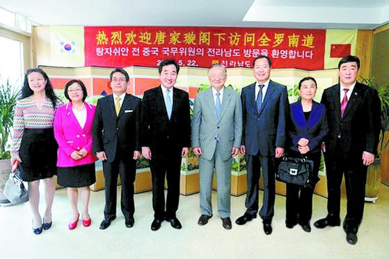 2015년 5월 이낙연 당시 전남도지사(왼쪽 넷째)가 영암 한옥호텔서 탕자쉬안 전 중국 외교부장(오른쪽 넷째)과 간담회 후 기념촬영을 하고 있다. 맨 오른쪽은 신임 주한 중국대사로 내정된 싱하이밍 당시 중국외교부 부국장. 싱하이밍 대사 내정자는 한국말에 능통한 것으로 알려졌다. [중앙포토]