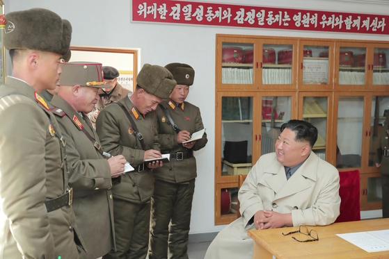 김정은 북한 국무위원장이 서부전선에 위치한 창린도 방어부대를 시찰했다고 조선중앙TV가 25일 보도했다. [연합뉴스]