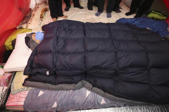 황교안 자유한국당 대표가 26일 청와대 앞에서 7일째 단식투쟁을 이어가고 있다. [뉴스1]