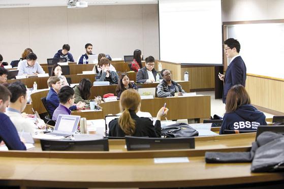 1980년 설립 후 해외 대학들과의 협약으로 글로벌 네트워크를 구축한 서강대 MBA는 다양한 국적의 학생들이 수업을 들으며 상호 교류한다.