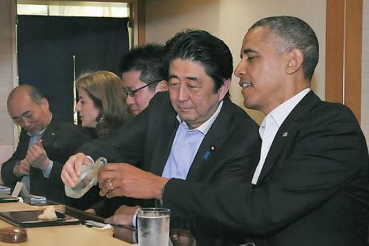 2014년 오바마 미국 대통령이 아베 신조 일본 총리와 스키야바시 지로에서 식사하고 있다. [EPA=연합뉴스]