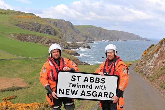 스코틀랜드 세인트 앱스. 영화 '어벤져스:엔드 게임'에서 '뉴아스가르드'로 등장한 마을이다. 개봉 후 마을에 실제로 'New Asgard' 간판을 곳곳에 설치했다. [사진 St Abbs Lifeboat 페이스북]