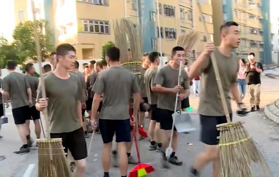 홍콩 주둔 인민해방군이 지난 16일 거리로 나와 청소를 하는 모습이 현지 TV 방송을 통해 보도되고 있다. [AP=연합뉴스]