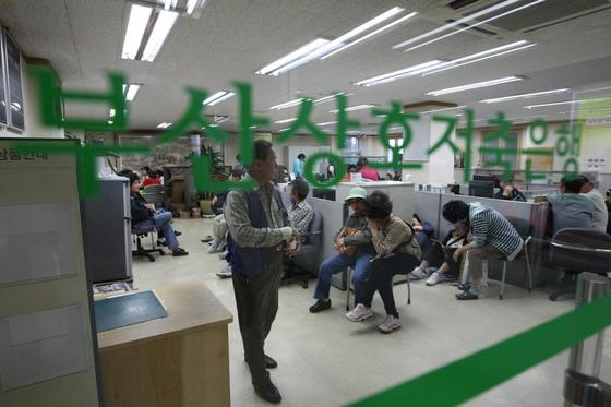 2011년 영업정지 당시 부산저축은행 본점 점거중인 예금 피해자들. [중앙포토]