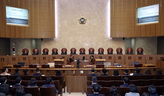 백년전쟁을 방송한 RTV가 방송통신위를 상대로 낸 제재 취소소송 선고 공판이 열린 지난 21일 대법원 전원합의체의 김명수 대법원장과 12명의 대법관이 대법정에 앉아 있다. [뉴시스]