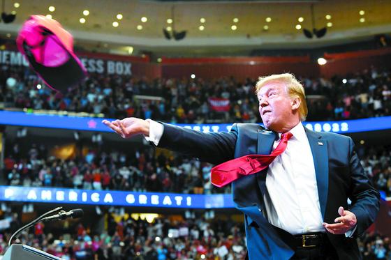 도널드 트럼프 미국 대통령이 26일(현지시간) 플로리다주 선라이즈에서 열린 선거유세에서 지지자들에게 모자를 던지고 있다. [AP=연합뉴스]