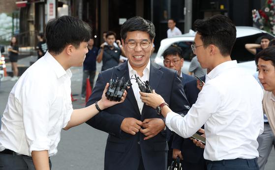 지난해 8월 15일 서울 강남구 특검 사무실에 드루킹 인사청탁 의혹과 관련된 참고인 신분으로 출석한 백원우 당시 청와대 민정비서관. 우상조 기자