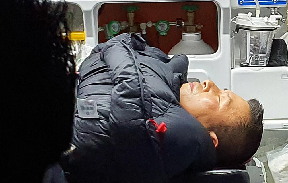 청와대 앞에서 8일째 단식 농성을 하던 황교안 자유한국당 대표가 27일 밤 응급실로 이송되고 있다. [연합뉴스]