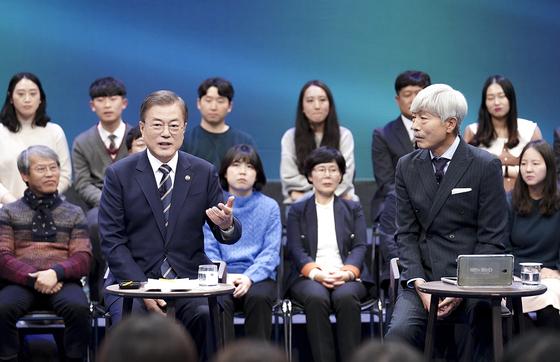 문재인 대통령이 19일 오후 서울 마포구 상암동 MBC 사옥에서 열린 '국민이 묻는다-2019 국민과의 대화'에 출연해 국민 질의에 답하고 있다. [사진 청와대]