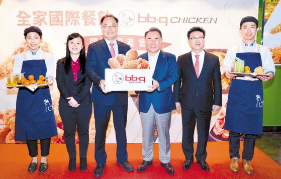 윤홍근 제너시스 BBQ 그룹 회장(왼쪽 네 번째)이 21일 BBQ 대만 경성점 오픈행사를 진행하고 있다. [사진 BBQ]