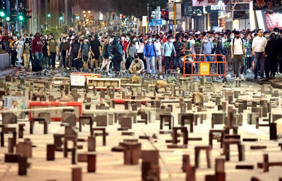 홍콩 시위대의 최후 거점인 홍콩이공대에 대해 경찰이 지난 18일 강경 진압작전에 나서면서 6개월째 이어지는 장기 시위가 분수령을 맞고 있다. 이 날 오후 홍콩 시내 번화가인 침사추이역 인근 도로에서 시민들이 행진하며 경찰과 대치하고 있다. [뉴스1]
