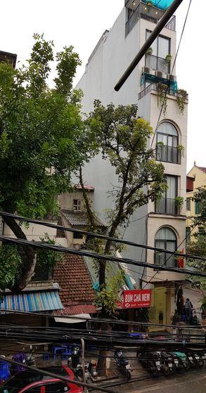 베트남 도시의 좁고 높은 전형적인 주택 형태. [사진 조남대]