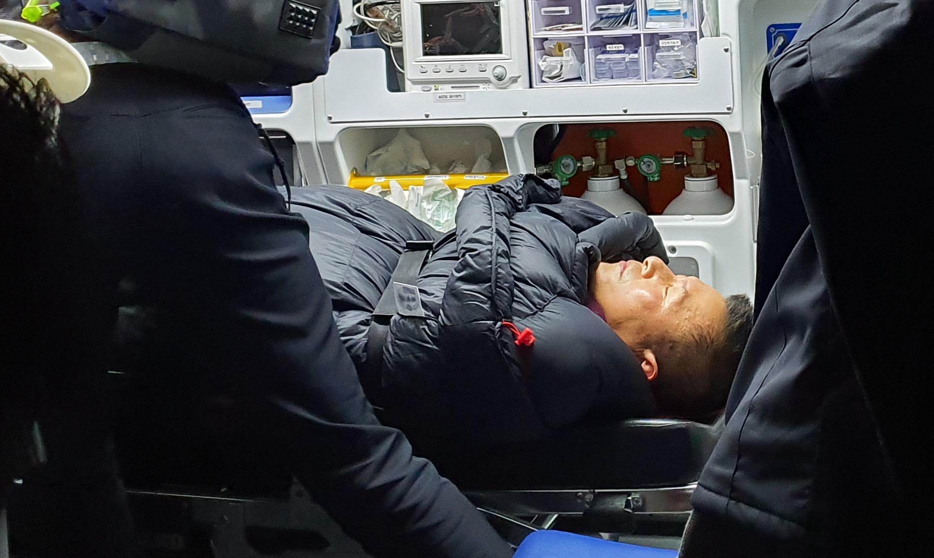 청와대 앞에서 8일째 단식하던 자유한국당 황교안 대표가 27일 밤 응급실로 이송되고 있다. [사진 자유한국당]