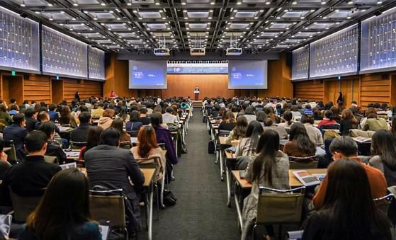 '제 10회 한국주얼리산업전략포럼 2019'에 참석하기 위해 600여명의 주얼리 산업 종사자들이 대한상공회의소 국제회의장에 모여있다. [사진 월곡주얼리산업연구소]