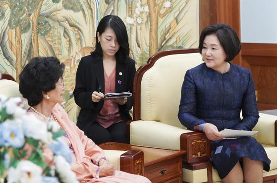 김정숙 여사가 28일 오전 청와대에서 말레이시아 총리 부인 시티 하스마 여사와 환담을 하고 있다. [사진 청와대 제공]
