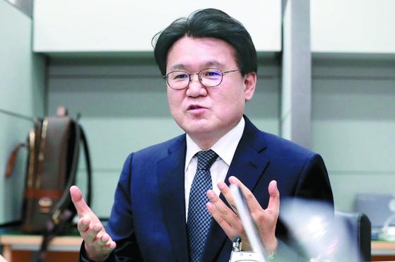 황운하 대전지방경찰청장이 27일 오후 대전경찰청 브리핑실에서 긴급 기자회견을 열고 청와대 하명으로 김기현 전 울산시장의 측근을 수사했다는 논란에 대해 입장을 밝히고 있다. [뉴스1]