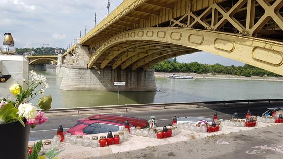 지난 9월 6일(현지시간) 헝가리 부다페스트 다뉴브강 머르기트 다리 아래에서 여전히 자리하고 있는 '유람선 참사' 희생자 추모 공간. [헝가리한인회=연합뉴스]