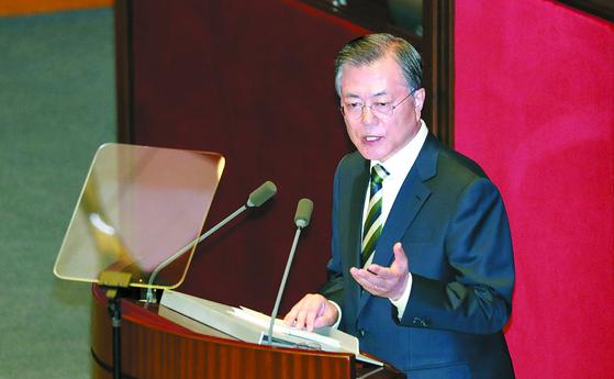 문재인 대통령이 지난달 22일 국회에서 시정연설을 하고 있다. 변선구 기자