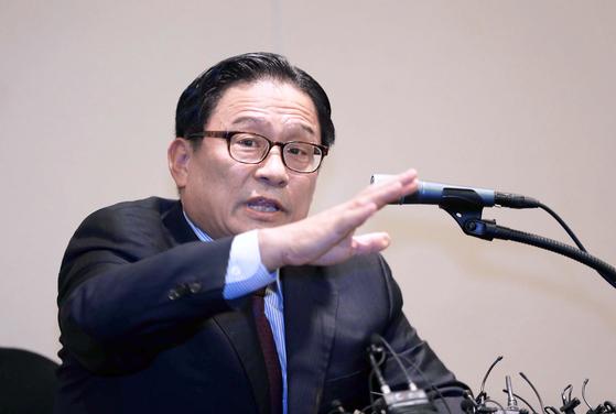 공관병 갑질 논란으로 인재 영입 1호에서 하차한 박찬주 전 육군 대장이 4일 서울 여의도 63빌딩에서 기자회견을 열어 각종 의혹에 대해 해명했다. 오종택 기자