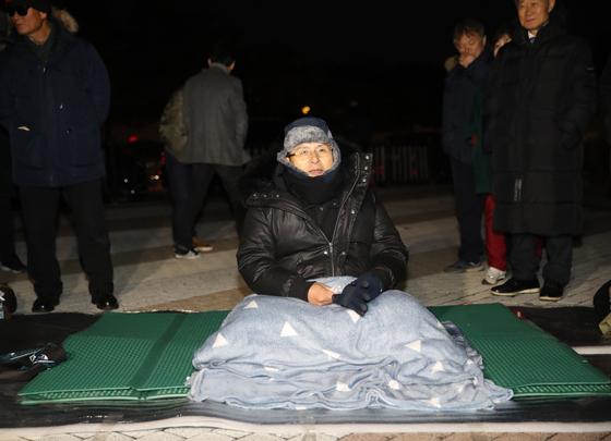 황교안 자유한국당 대표가 20일 청와대 인근 분수대 광장에서 단식 농성을 벌이고 있다. 우상조 기자