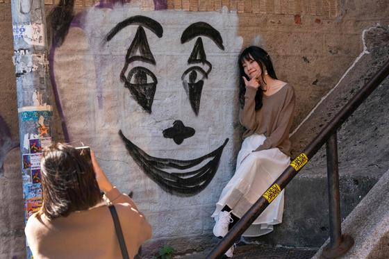 뉴욕 브롱크스 웨스트 167번가 일명 '조커 계단'에서 한 관광객이 기념사진을 찍고 있다. [AFP=연합뉴스]