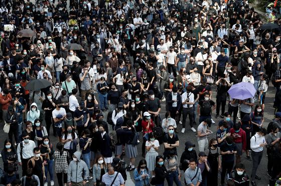 지난달 11일 경찰의 비무장 시위대에 대한 실탄 발사에 분노한 시민들이 거리 시위에 나서고 있다. [로이터=연합]