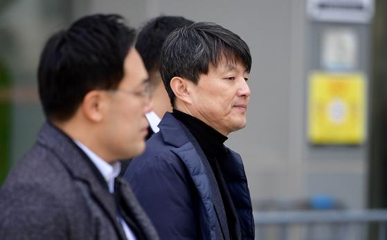 뇌물수수 혐의를 받는 유재수 전 부산시 경제부시장이 27일 오전 서울 송파구 서울동부지법에서 열린 영장실질심사에 출석하기 위해 법정으로 들어서고 있다. 변선구 기자