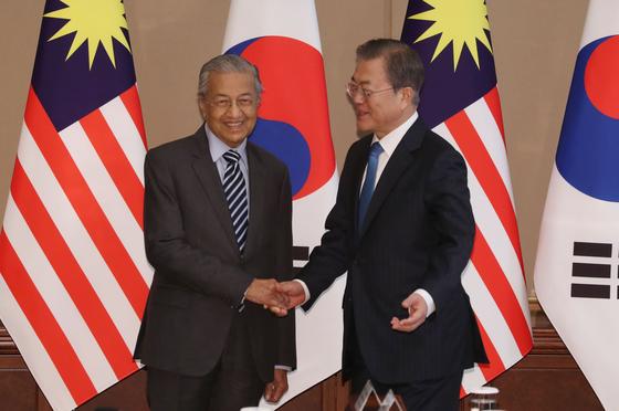 문재인 대통령이 28일 청와대에서 마하티르 빈 모하마드' 말레이시아 총리와 정상회담 전 악수를 하고 있다. [청와대사진기자단]