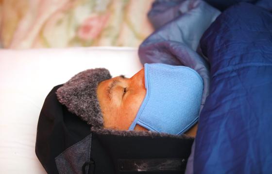 나경원 자유한국당 원내대표가 27일 청와대 앞에서 단식 중인 황교안 대표를 찾아가 건강 상태를 살펴보고 있다. 우상조 기자