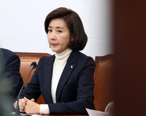 나경원 자유한국당 원내대표가 28일 서울 여의도 국회에서 열린 최고위원회의에 참석하고 있다. [뉴스1]