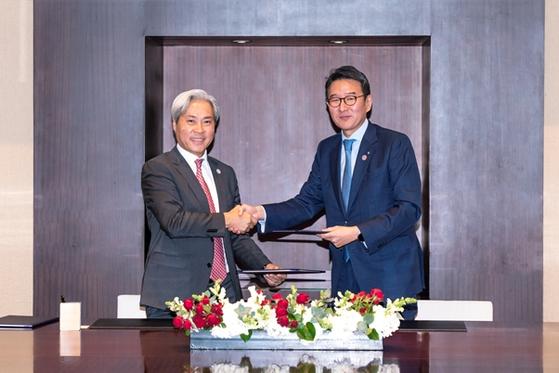 허용수 GS에너지 사장(오른쪽)과 돈람 비나캐피탈 CEO가 양해각서(MOU) 서명 후 악수하고 있다. [사진 GS에너지]
