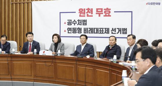 나경원 자유한국당 원내대표(왼쪽 셋째)가 29일 오전 국회에서 열린 원내대책회의에서 모두발언을 하고 있다.   임현동 기자