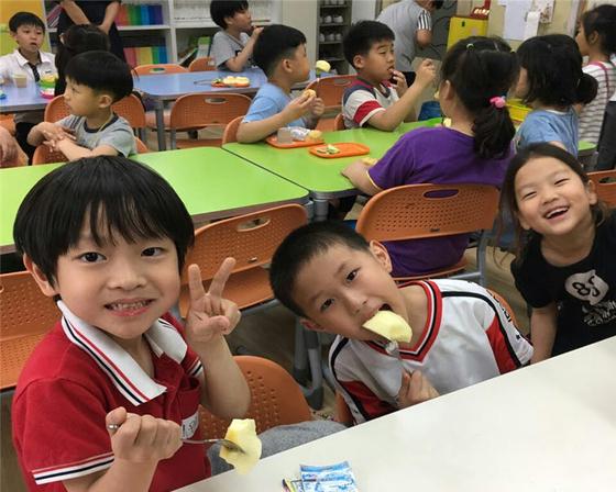 충북 영동초등학교 돌봄 교실에서 아이들이 과일 간식을 먹고 있다. [사진 농림축산식품부]