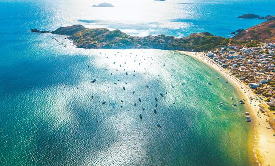 베트남의 휴양도시 퀴논은 아직 많이 알려지지 않은 만큼 천혜의 자연환경을 즐길 수 있다. 해양스포츠와 골프 인프라도 잘 갖춰져 있다. [사진 한진관광]