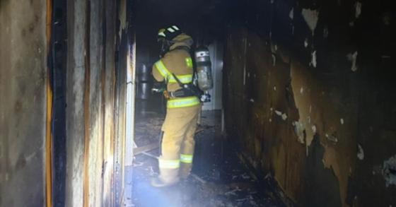 28일 오후 10시45분 부산 금정구의 한 아파트에서 전동스쿠터 배터리 폭발로 인한 화재가 발생해 10여분만에 진화됐다. [사진 부산소방재난본부]