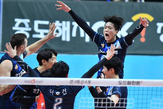 29일 안산 상록수체육관에서 열린 OK저축은행과 경기에서 득점을 올린 뒤 기뻐하는 한국전력 선수들. [사진 한국배구연맹]