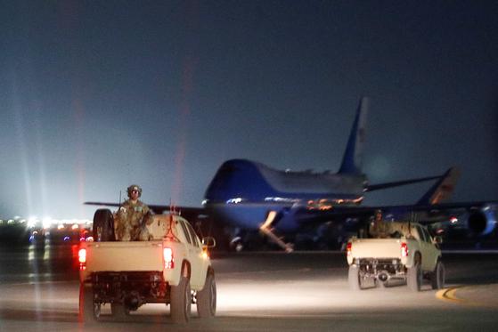 트럼프 미국 대통령이 28일 (현지시간) 아프가니스탄을 깜짝 방문했다. 무장한 미군이 바스람 공군 기지 활주로에서 대통령 전용기 '에어포스원' 주변을 경계하고 있다. [로이터=연합뉴스]