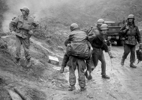 고지전에서 부상당한 동료 병사를 후송하는 미 2사단 병사들의 모습. [사진=www.bostonherald.com]