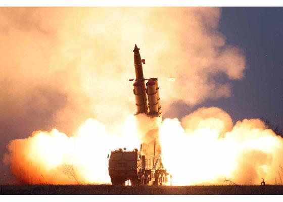 북한이 28일 함남 연포 일대에서 초대형 방사포를 발사하고 있다. [사진 노동신문]