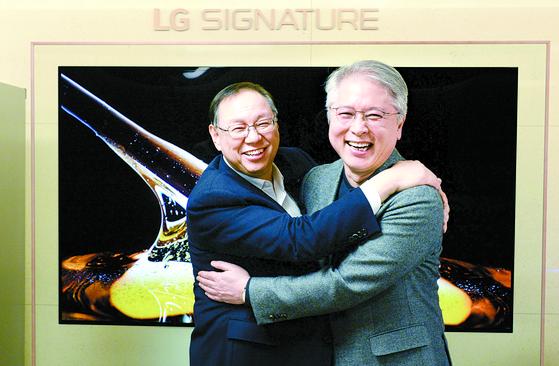 조성진 부회장(왼쪽)이 28일 서울 LG트윈타워에서 LG전자의 신임 CEO로 선임된 권봉석 사장을 만나 축하 인사를 건네고 있다. [사진 LG전자]