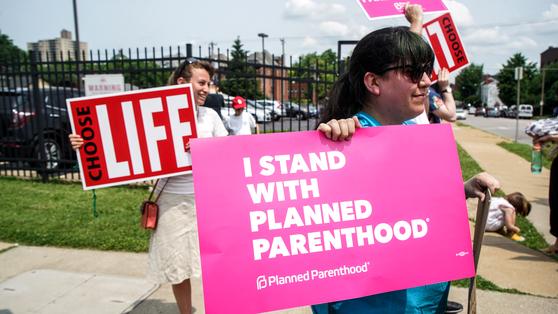 지난 5월 미주리주의 유일한 낙태 클리닉 앞에서 낙태 찬성론자와 반대론자가 나란히 서서 시위하고 있는 모습. [로이터=연합뉴스]