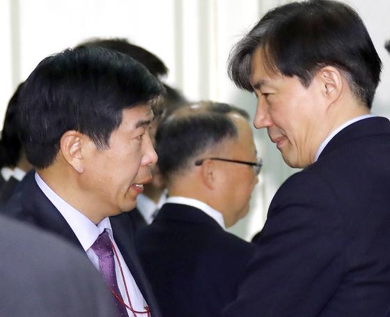 지난해 11월 당시 청와대 조국 민정수석(오른쪽)과 백원우 민정비서관(왼쪽)이 반부패정책협의회에서 대화하고 있는 모습. [연합뉴스]