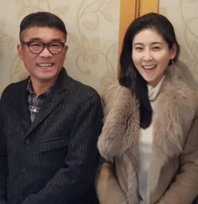 법적으로 부부가 된 가수 김건모와 장지연. [연합뉴스]