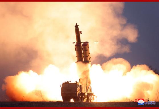 북한의 이동형 발사대(TEL)에서 초대형 방사포가 나가고 있다. [사진 조선중앙통신]