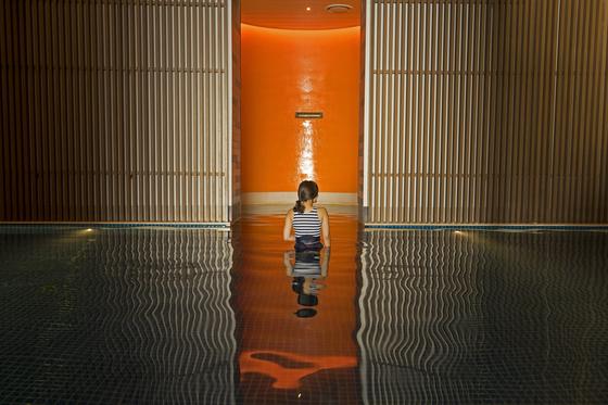 뜨겁다고 다 온천이 아니다. 수질은 기본, 사진도 잘 나와야 손님을 끈다. 부산 기장의 워터하우스는 근래 들어선 가장 세련된 온천이다. 지하 3층 실내 성인풀은 온천이 아니라, 갤러리를 연상케 한다. 백종현 기자