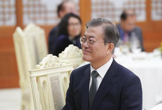 문재인 대통령이 27일 청와대에서 열린 만찬에서 응우옌 쑤언 푹 베트남 총리의 인사말을 듣고 있다. [사진 청와대]