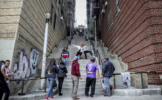 영화 '조커'의 흥행 속에 실제 촬영지에 대한 관심도 높아졌다. 뉴욕 브롱크스의 일명 '조커 계단'. 조커가 춤을 추었던 이곳은 팬들 사이에서 성지가 됐다. [AP=연합뉴스]
