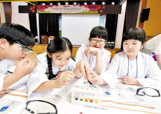 LG화학이 사업장 인근 청소년을 대상으로 진행하는 '내가 만드는 세상, 재미있는 화학놀이터'에서 화학실험을 하고 있다. [사진 LG화학]