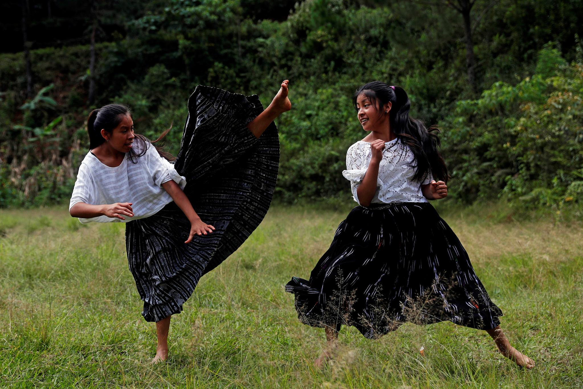 과테말라 퀘키 원주민 소녀들이 25일(현지시간) 산페드로 카르차 티풀칸 마을 들판에서 태권도를 연습하고 있다. [EPA=연합뉴스]