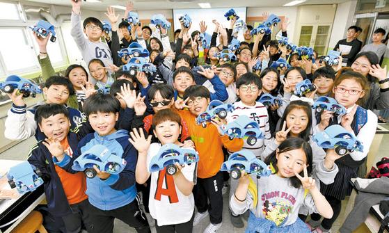 현대모비스는 사업장 인근의 초등학교에서 주니어 공학교실을 운영하고 있다. 사진은 방이초등학교에서 진행한 주니어공학교실. [사진 현대모비스]
